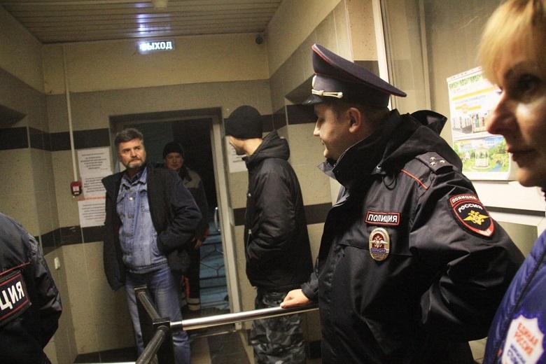 На фото – полиция ликвидирует наркопритон